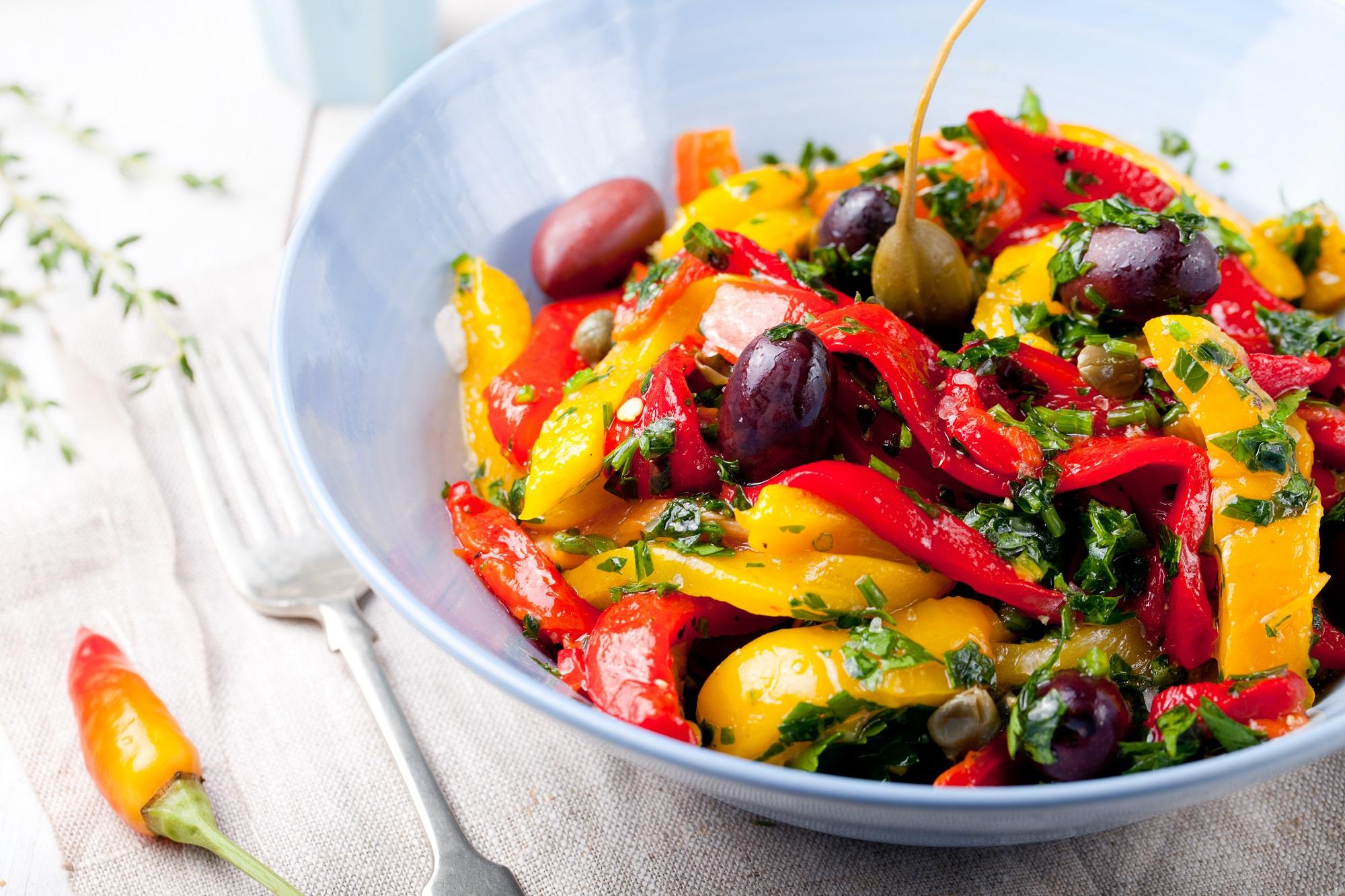bol poivrons jaunes, pouvrons rouges, olives noires, persil