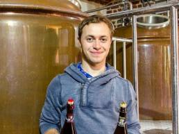 Thomas Demarquilly avec des bières bellus