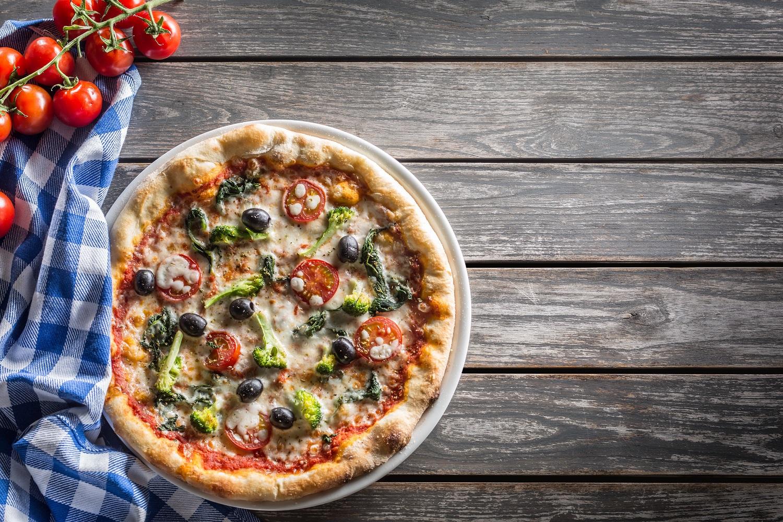 pizza sur table en bois